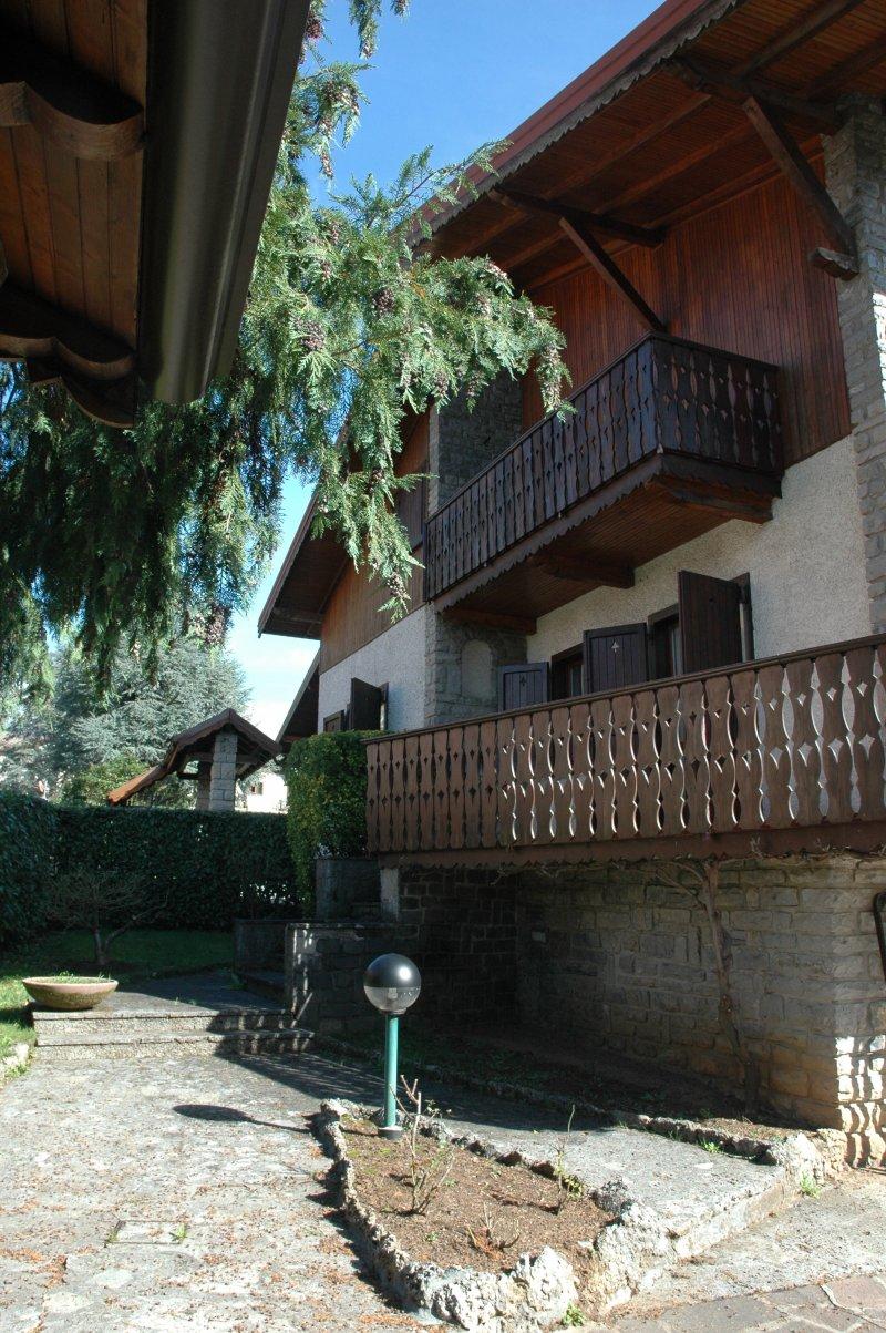 Appartamento in villa bifamiliare a fino del monte a for Case in affitto in provincia di bergamo