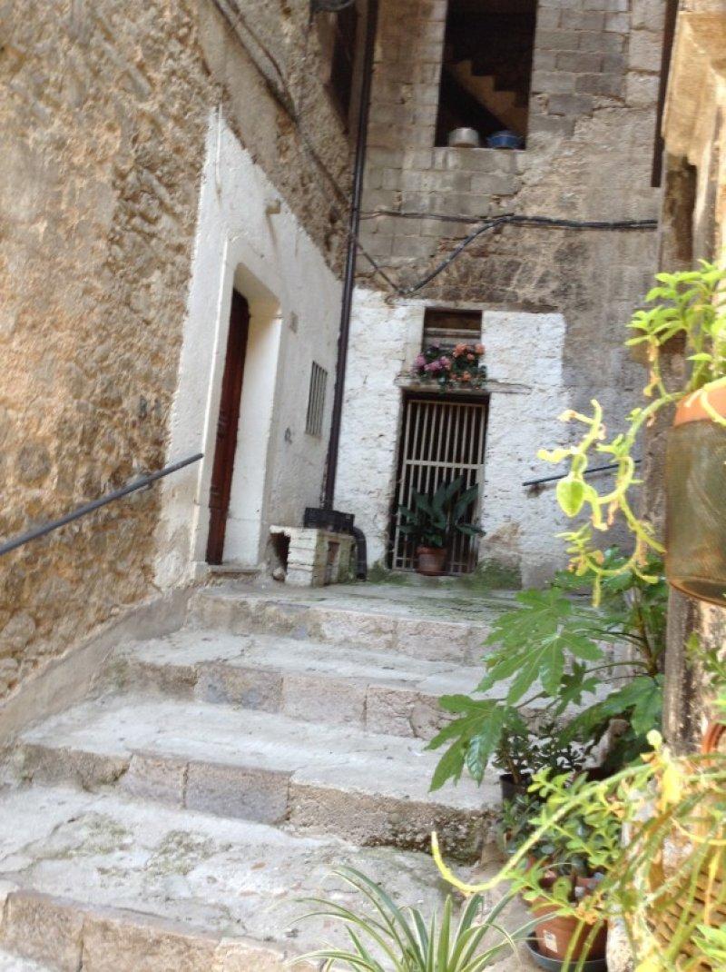Casa nel centro storico di castelcivita a salerno in vendita for Case in vendita salerno centro