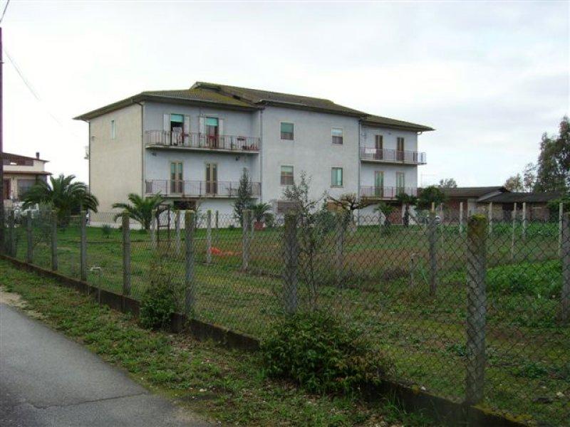 Appartamento ristrutturato su palazzina di due piani a for Appartamenti a due piani