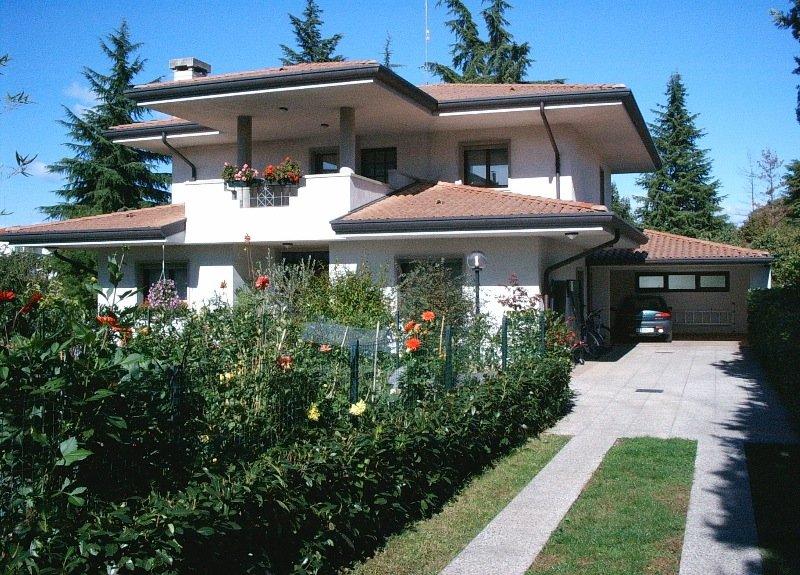 Villa con porticato esterno e giardino a udine in vendita for Piani di stoccaggio con portico
