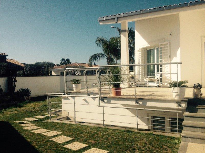 villa con giardino casal palocco a roma in affitto