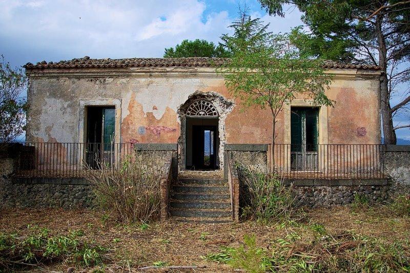 Casale rustico nel territorio di passopisciaro a catania for Case in vendita a budoni da privati