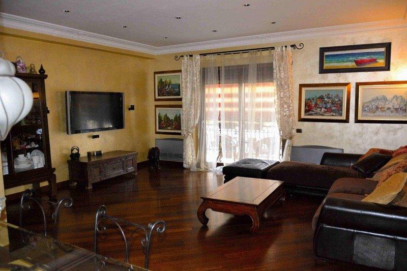 Appartamento tra lucio sestio e numidio quadrato a roma in for Appartamenti arredati roma