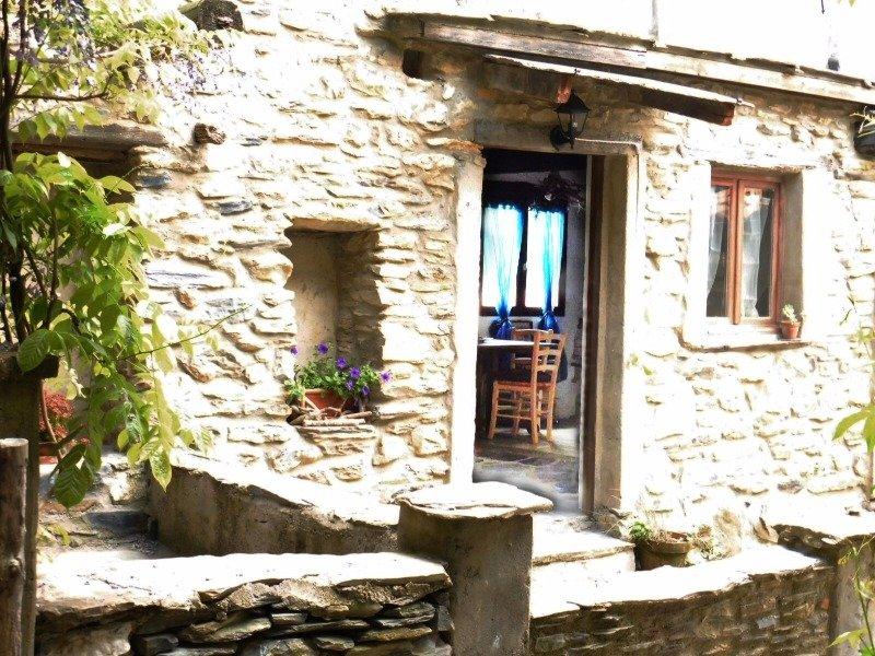 Ubaghetta casetta rustica in pietra e legno a savona in for Case in pietra e legno