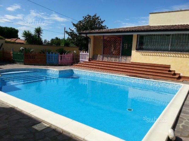 Latina prestigiosa villa con piscina a Latina in Vendita