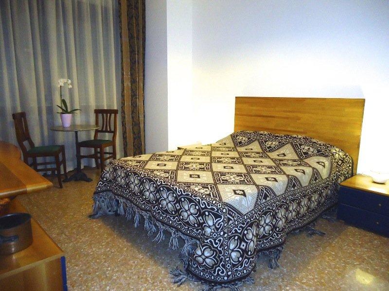 Roma stanza arredata in appartamento a roma in affitto for Stanza roma affitto