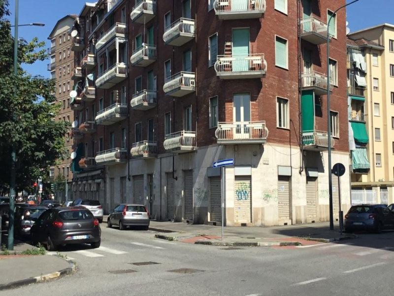 Torino locale con 5 vetrine per qualsiasi attività a Torino in Vendita