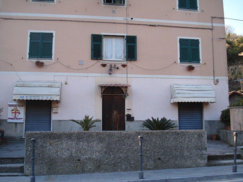 Serra Riccò locale con vetrine a piano strada a Genova in Affitto