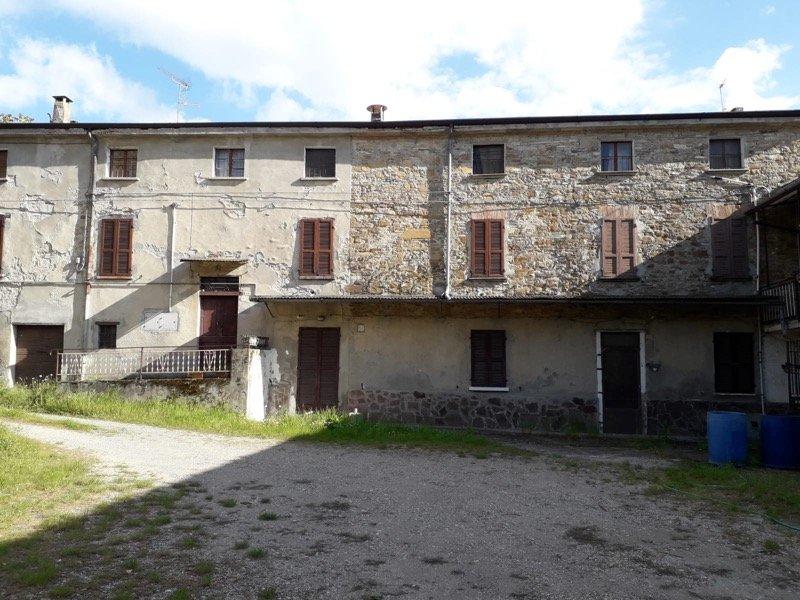 Quadrelli di Travo complesso colonico in sasso a Piacenza in Vendita