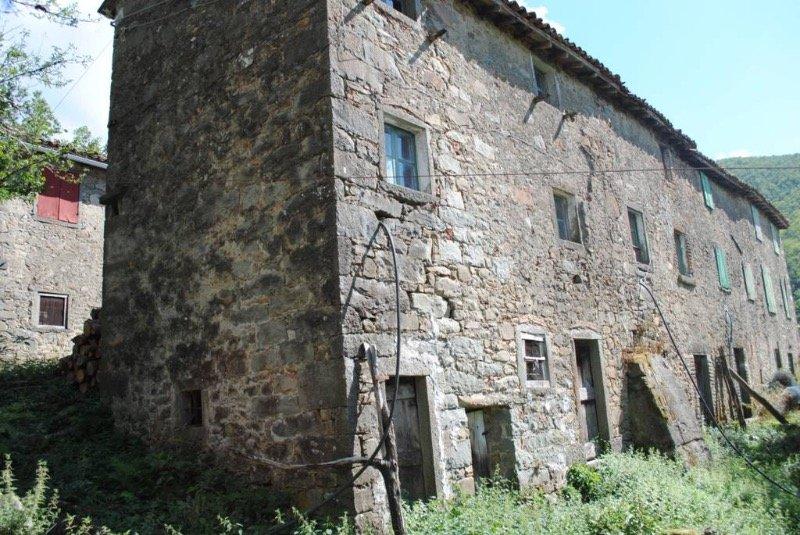 Coreglia Antelminelli struttura con terreno a Lucca in Vendita