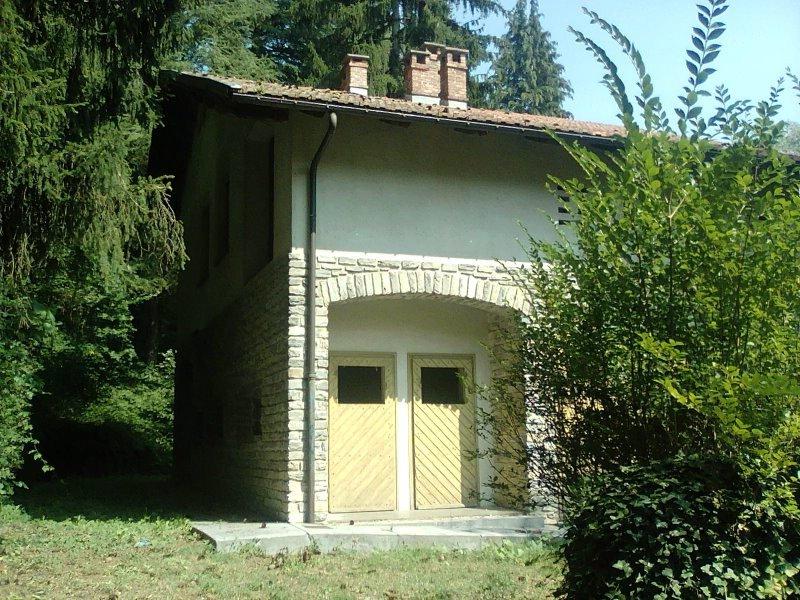 Roccasparvera casa vacanze immersa nel verde a Cuneo in Vendita