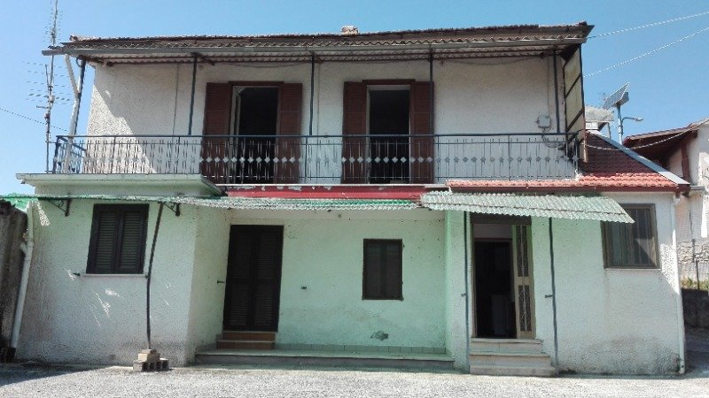 Fumone casa con annesso terreno agricolo a Frosinone in Vendita
