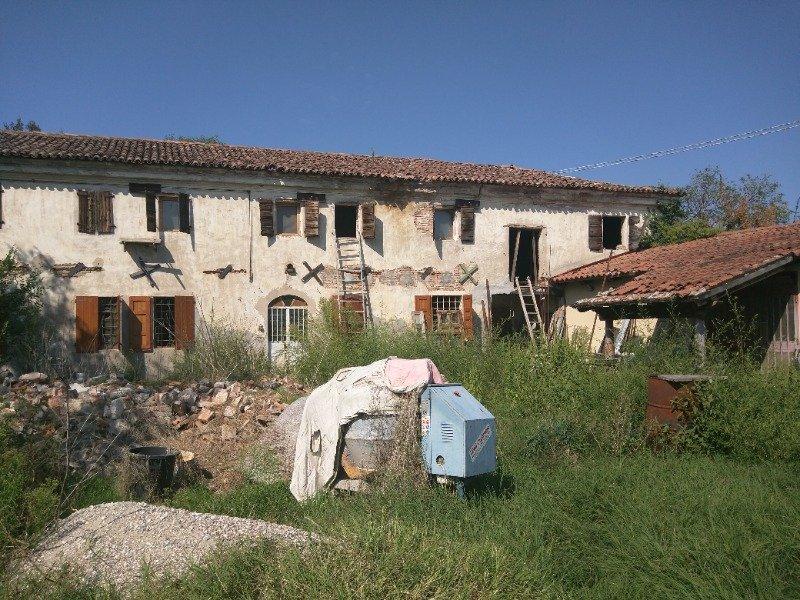 Albaredo d'Adige da privato ampio casale a Verona in Vendita