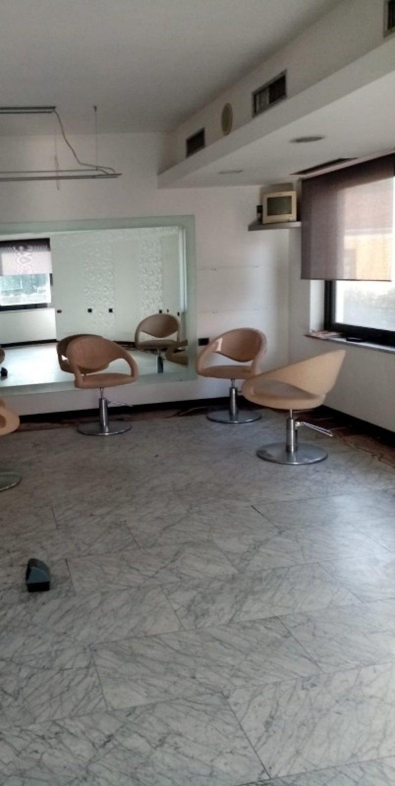 Carrara fondo commerciale uso negozio a Massa-Carrara in Vendita